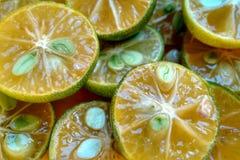 Πράσινα διχοτομημένα φρούτα λεμονιών Στοκ φωτογραφία με δικαίωμα ελεύθερης χρήσης