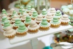 Πράσινα κέικ γαμήλιων φλυτζανιών Στοκ φωτογραφία με δικαίωμα ελεύθερης χρήσης