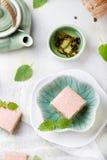 Πράσινα κέικ τσαγιού Matcha με το άσπρο λούστρο σοκολάτας Στοκ Εικόνες