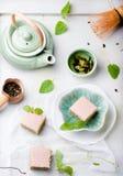 Πράσινα κέικ τσαγιού Matcha με το άσπρο λούστρο σοκολάτας Στοκ φωτογραφία με δικαίωμα ελεύθερης χρήσης