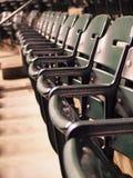 πράσινα καθίσματα σειρών Στοκ φωτογραφίες με δικαίωμα ελεύθερης χρήσης