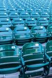Πράσινα καθίσματα σταδίων σε ένα στάδιο μπέιζ-μπώλ Στοκ Εικόνες