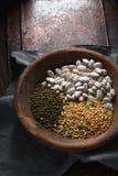 Πράσινα και άσπρα φασόλια μεταλλοφόρων κοιτασμάτων σε ένα ξύλινο κύπελλο στοκ εικόνα