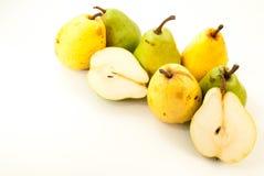 πράσινα και κίτρινα ώριμα αχλάδια στο λευκό Στοκ εικόνα με δικαίωμα ελεύθερης χρήσης