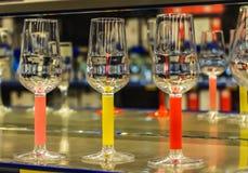 Πράσινα και μπλε και πορτοκαλιά χρώματα γυαλιών κρασιού ουράνιων τόξων διαφανή χρωματισμένα με τις όμορφες αντανακλάσεις στοκ εικόνα