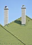 Πράσινα κεραμίδια στεγών και άσπροι σωροί καπνού τούβλου Στοκ εικόνες με δικαίωμα ελεύθερης χρήσης