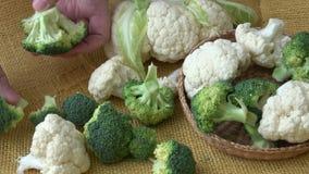 Πράσινα λαχανικά κατατάξεων Μπρόκολο, κουνουπίδι κατανάλωση υγιής απόθεμα βίντεο