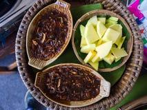 Πράσινα μάγκο με τη γλυκιά σάλτσα ψαριών, ταϊλανδικά τρόφιμα Στοκ Φωτογραφία