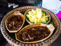 Πράσινα μάγκο με τη γλυκιά σάλτσα ψαριών, ταϊλανδικά τρόφιμα Στοκ Εικόνα