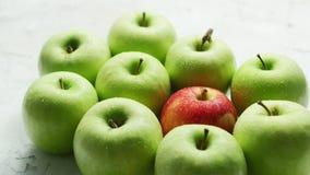 Πράσινα μήλα με το κόκκινο στο σωρό απόθεμα βίντεο