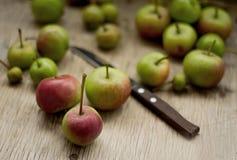 Πράσινα μήλα στο παλαιό ξύλινο υπόβαθρο στοκ εικόνα με δικαίωμα ελεύθερης χρήσης