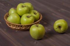 Πράσινα μήλα σε έναν ξύλινο πίνακα Στοκ εικόνες με δικαίωμα ελεύθερης χρήσης