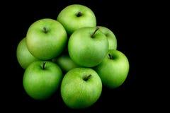 Πράσινα μήλα σε ένα μαύρο υπόβαθρο Στοκ εικόνες με δικαίωμα ελεύθερης χρήσης