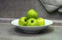 Πράσινα μήλα σε ένα πιάτο Στοκ Εικόνες