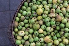 Πράσινα μήλα στην οργανική παραδοσιακή αγορά τροφίμων του τροπικού νησιού του Μπαλί, Ινδονησία Αγορά Sukawati Μήλα Στοκ Εικόνες