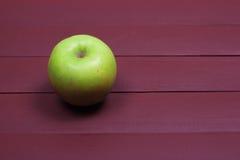 Πράσινα μήλα στον παλαιό ξύλινο πίνακα τρόφιμα υγιή Στοκ Φωτογραφίες