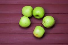 Πράσινα μήλα στον παλαιό ξύλινο πίνακα τρόφιμα υγιή Στοκ Εικόνες