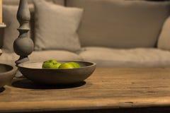 Πράσινα μήλα στο ξύλινο κύπελλο Στοκ Φωτογραφίες