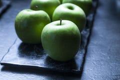 Πράσινα μήλα στο σκοτεινό Backround Στοκ Φωτογραφία
