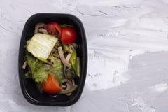 Πράσινα μικροϋπολογιστών, πράσινος λοβός, φύλλα σαλάτας και λάχανο με το ψωμί σιταριού, vegan σαλάτα στοκ φωτογραφίες