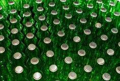 Πράσινα μπουκάλια μπύρας με τα καλύμματα κορωνών Στοκ εικόνες με δικαίωμα ελεύθερης χρήσης