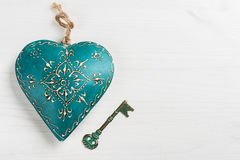 Πράσινα μπλε καρδιά και κλειδί Στοκ φωτογραφία με δικαίωμα ελεύθερης χρήσης