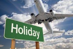 Πράσινα οδικό σημάδι διακοπών και αεροπλάνο ανωτέρω Στοκ Εικόνες
