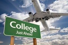 Πράσινα οδικό σημάδι κολλεγίου και αεροπλάνο ανωτέρω Στοκ εικόνα με δικαίωμα ελεύθερης χρήσης