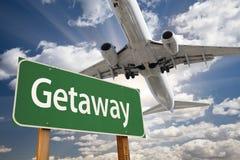 Πράσινα οδικό σημάδι φυγής και αεροπλάνο ανωτέρω Στοκ φωτογραφία με δικαίωμα ελεύθερης χρήσης