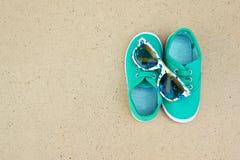 Πράσινα πάνινα παπούτσια και γυαλιά ηλίου Στοκ Εικόνες