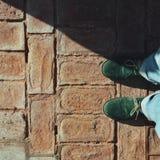 Πράσινα παπούτσια στα τούβλα στοκ εικόνες με δικαίωμα ελεύθερης χρήσης