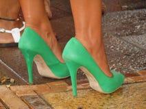 Πράσινα παπούτσια του τακουνιού στοκ εικόνα