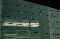 Πράσινα παράθυρα γυαλιού ουρανοξυστών, γραφείο στοκ φωτογραφίες