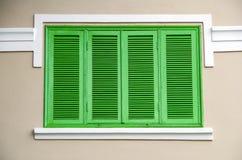 Πράσινα παράθυρα στον τοίχο στοκ φωτογραφία