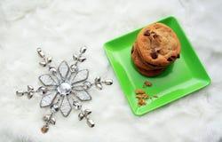 Πράσινα πιάτο και snowflake μπισκότων τσιπ σοκολάτας επάνω Στοκ Εικόνα
