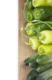 Πράσινα πιπέρια, αγγούρια και σκόρδο στοκ εικόνα