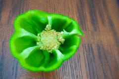 Πράσινα πιπέρια κουδουνιών σε έναν ξύλινο πίνακα που κόβεται στο μισό στοκ φωτογραφίες με δικαίωμα ελεύθερης χρήσης