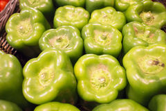 Πράσινα πιπέρια κουδουνιών στην αγορά Στοκ φωτογραφίες με δικαίωμα ελεύθερης χρήσης