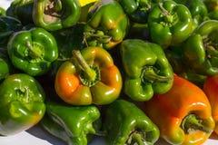 Πράσινα πιπέρια που συσσωρεύονται σε μια σειρά στην αγορά Στοκ Φωτογραφίες