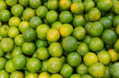 Πράσινα πορτοκαλιά φρούτα κινεζικής γλώσσας στην αγορά Στοκ Εικόνες