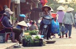 Πράσινα πώλησης προμηθευτών στην αγορά σε Hoi στοκ φωτογραφία