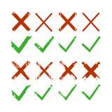 Πράσινα σημάδια ελέγχου, κροτώνων και Ερυθρών Σταυρών που απομονώνονται στο άσπρο υπόβαθρο Πράσινα checkmark ΕΝΤΑΞΕΙ και κόκκινα  Στοκ Εικόνες