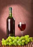 Πράσινα σταφύλια και κόκκινο κρασί Στοκ εικόνα με δικαίωμα ελεύθερης χρήσης