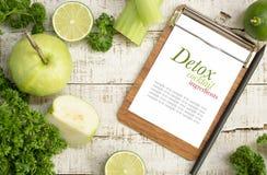 Πράσινα συστατικά ποτών detox στο άσπρο ξύλο Στοκ εικόνα με δικαίωμα ελεύθερης χρήσης