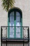 Πράσινα σχηματισμένα αψίδα παράθυρο και μπαλκόνι στοκ φωτογραφίες