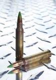 Πράσινα τοποθετημένα αιχμή πυρομαχικά στο πιάτο τεθωρακισμένων Στοκ φωτογραφίες με δικαίωμα ελεύθερης χρήσης