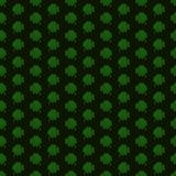 Πράσινα τριφύλλια λωρίδων στο μαύρο υπόβαθρο άνευ ραφής διάνυσμα προτύπων απεικόνιση αποθεμάτων