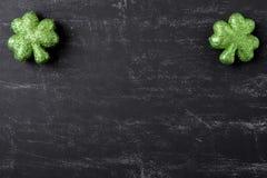 Πράσινα τριφύλλια στο υπόβαθρο πινάκων κιμωλίας στοκ εικόνες