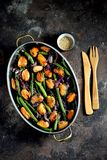 Πράσινα φασόλια με τα μύδια, τα κόκκινα κρεμμύδια και το σουσάμι υγιής χορτοφάγος τροφίμων Στοκ Εικόνες
