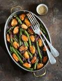 Πράσινα φασόλια με τα μύδια, τα κόκκινα κρεμμύδια και το σουσάμι υγιής χορτοφάγος τροφίμων Στοκ φωτογραφία με δικαίωμα ελεύθερης χρήσης
